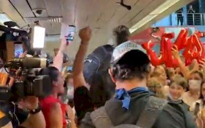 Nebunie pe aeroport! Ce i-au strigat fanii Survivor România lui Zanni când a ajuns acesta în țară. Totul se întâmplă chiar acum