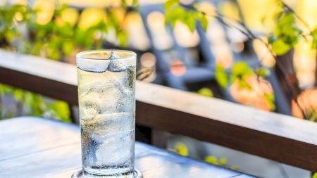 Nu mai pune gheață în băutură! Pericolul la care te expui fără să știi. Ce afecțiuni poate declanșa