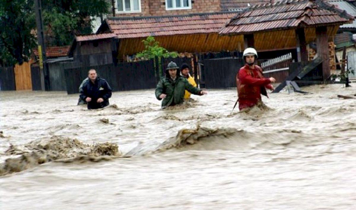 Catastrofă naturală în România. Apele au smuls cu totul case cu etaj și mașini. Sute de oameni salvați în ultimul moment