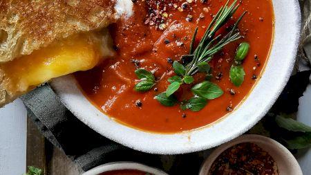 Rețeta minune pentru cea mai bună supă cremă de roșii. Are gustul perfect între dulce și acrișor. Secretul Andreei Duția